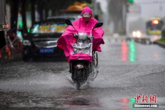 """资料图:10月15日上午,今年第20号台风""""卡努""""台风级开始影响海南。 中新社记者 骆云飞 摄"""