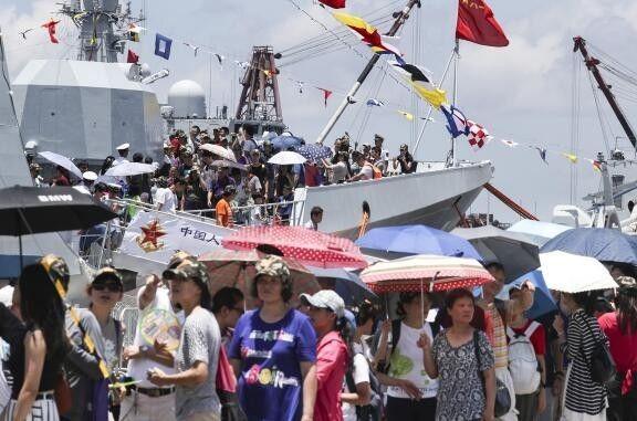 ▲资料图片:解放军驻港部队举行公众开放活动,大批香港市民参观。(香港《南华早报》网站)