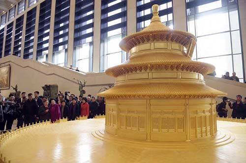 陈丽华女士陪同嘉宾参观祈年殿模型。摄/鲁鹏