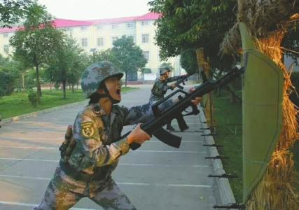 张钦在进行刺杀训练。