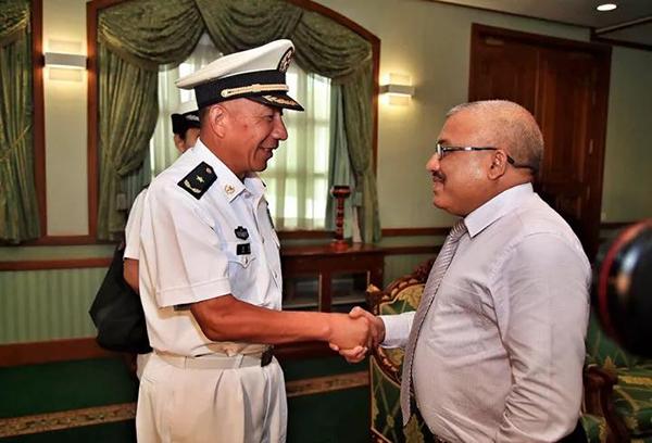 编队指挥员沈浩与马尔代夫副总统吉哈德亲切握手