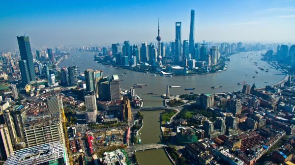 """上海""""浦西第一高楼""""白玉兰广场(左侧)与浦东陆家嘴高楼群遥相呼应。新华社发"""
