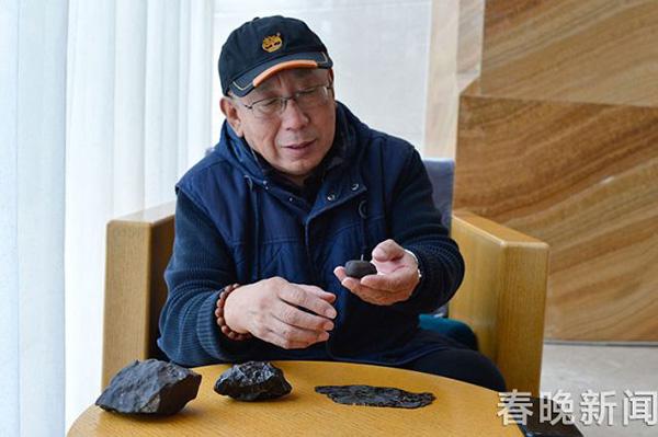 张宝林展示4个陨石样品