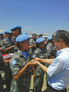 """10月4日,张钦在南苏丹被授予""""和平荣誉勋章""""。"""