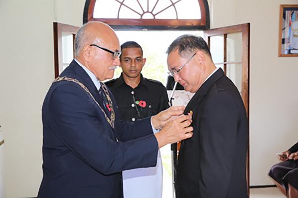 """2017年10月12日,斐济总统孔罗特在苏瓦国宾馆举行特殊授勋仪式,为即将离任的驻斐济大使张平发表二级""""斐济勋章""""。 本文图片均来自外交部网站"""