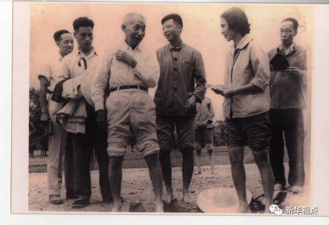 随丁颖院士(左3)在宁夏引黄灌区考察水稻(右3为卢永根)