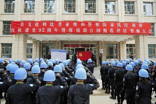▲资料图片:2013年6月29日,在河北廊坊的中国维和警员培训中央,中国首支赴利比里亚维和警员防暴队培训班队员重温入党誓词。