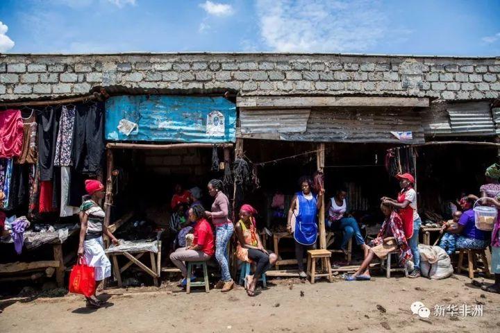 这是10月13日拍摄的内罗毕科罗戈乔街边的剃头店。新华社记者吕帅摄