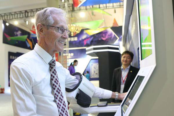 10月13日,一位来自澳大利亚的嘉宾在展览上体验康健检测。新华社