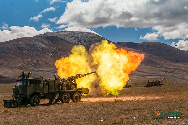 某型火炮侧面开火瞬间 中国军网 图