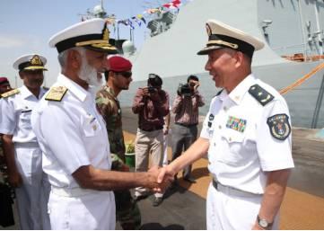 编队指挥员沈浩与巴基斯坦水师顾问长扎考拉上将亲热握手