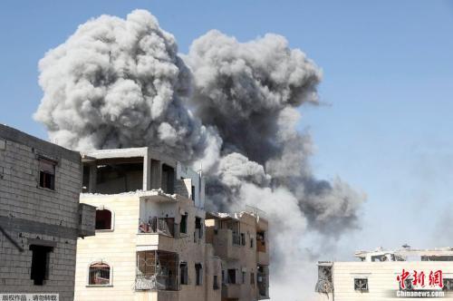 拉卡已遭联军围困数月,图为IS一处据点本月稍早遭空袭的画面。