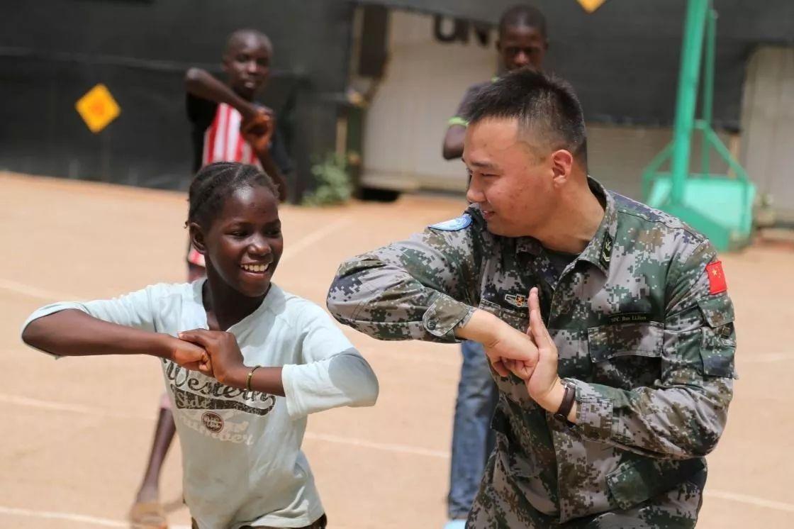 ▲资料图片:2016年5月14日,在马里加奥,中国第三批赴马里维和队伍士兵向当地学生教授中国功夫。