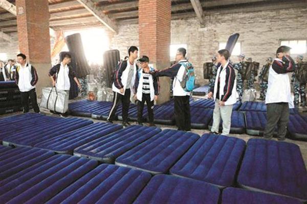 学生在仓库里打地铺。 楚天都市报 图