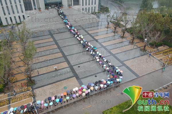 学生冒雨排队等待图书馆开馆。 受访者供图