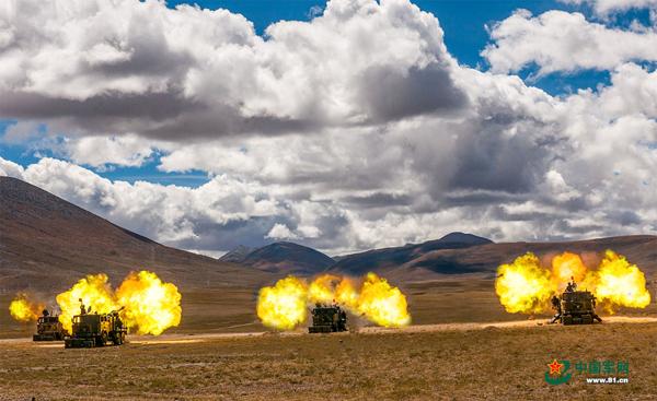 某型火炮齐射 中国军网 图