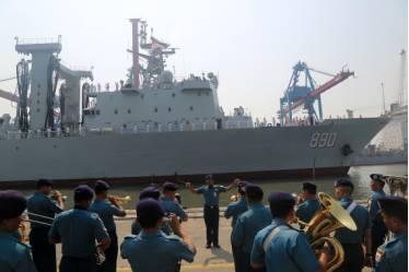 印尼军乐队吹奏迎宾乐曲 接待中国远航会见编队军舰靠港