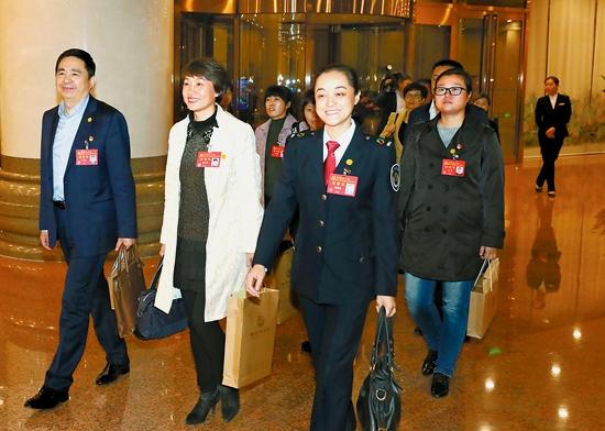 10月15日下战书,我省出席中国共产党第十九次天下代表大会的代表抵达北京。记者 徐国康 吴文兵 摄