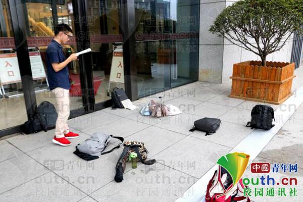 部分学生用书包在图书馆外占位。 受访者供图