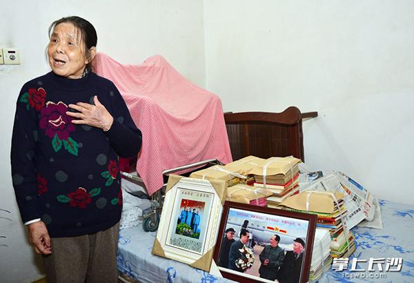 李先质老人介绍她将捐给老家的书籍。屈晓军摄