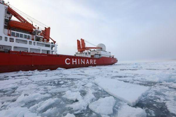 """▲材料图片:8月3日,""""雪龙""""号在北冰洋地方航道举行破冰之旅。"""