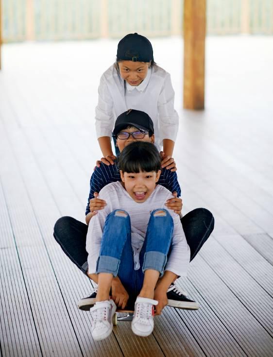 安新县,三个女孩在栈桥玩滑板。摄影/甄宏戈