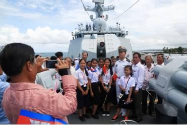 大多数孩子都没有见过中国的军舰,中二学生明少贤说,中国的军艇很雄伟,中国水师官兵很威武。