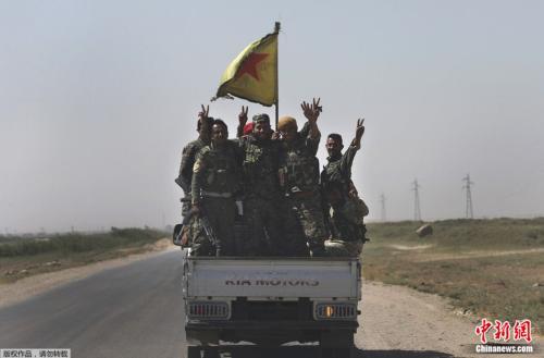 对抗IS的叙利亚民兵7月攻入拉卡市后于车上举手庆功。