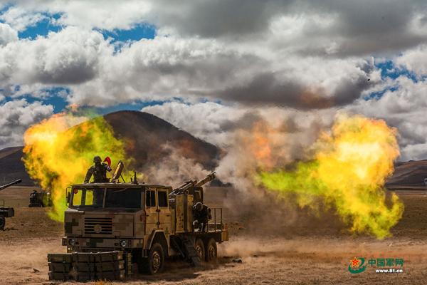 第77集团军某合成旅某型火炮发射瞬间 中国军网 图