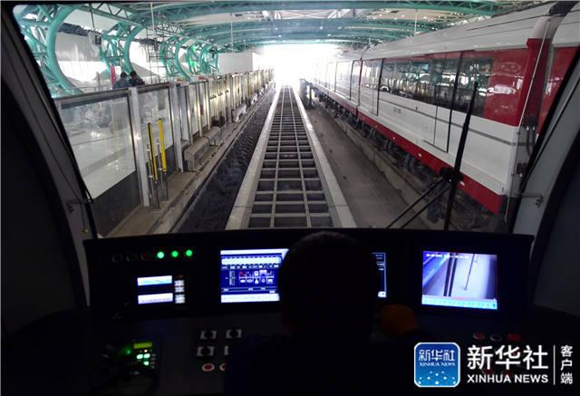 10月16日,磁浮列车正在试运行。新华社记者 张晨霖摄
