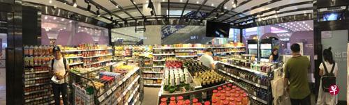 图为居然团体旗下全资公司EATOWN推出的北京首家无人值守便利店——EATBOX怡食家超市。