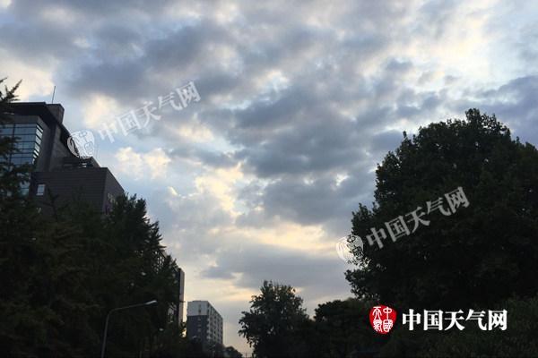 弱冷空气影响下16日清早北京风轻云淡。(杨兴摄)