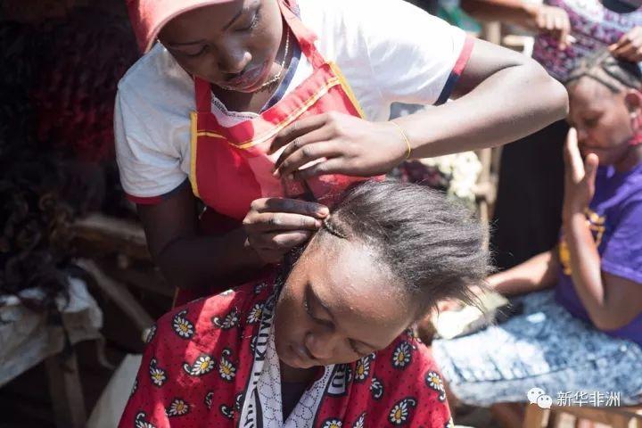 10月13日,凯莉·森姆娅在帮主顾做头发。新华社记者李百顺摄
