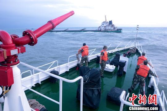 10月16日18时许,一艘载有16名海员的货轮在泉州四周海域触礁遇险。 海警供图
