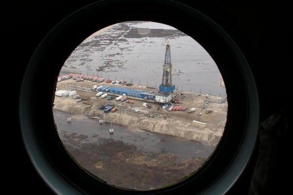 ▲材料图片:北极富厚之资源遭到各国注重,图为从直升机上俯瞰俄罗斯在北极圈内之动力设备。(《纽约时报》)