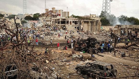 2017年10月14日,索马里摩加迪沙,汽车爆炸发生后。图片来源:视觉中国