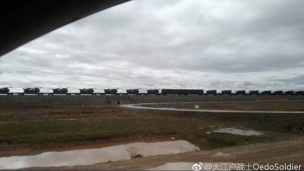 中国网8月报道的疑似中国PCL181型车载加榴炮通过火车机动部署至青藏高原的图片。微博@大江户战士OedoSoldier 图
