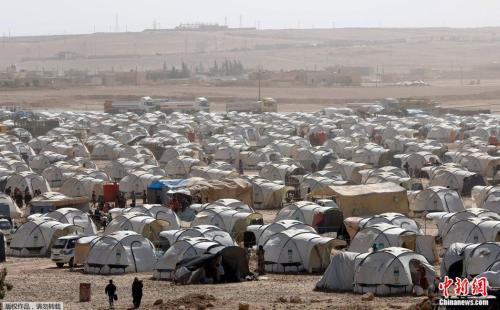 联军与IS的战斗让许多叙利亚人流离失所,图为拉卡北方约50公里的安伊萨难民营。