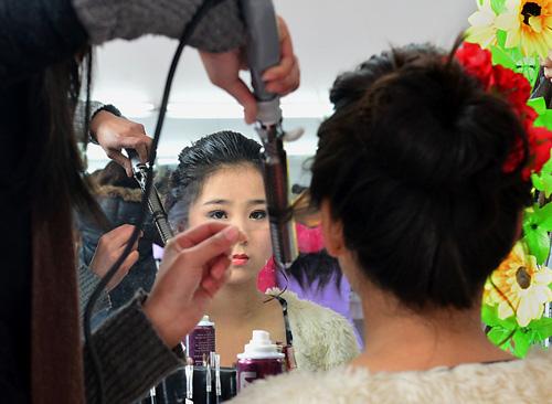 资料图片:在一个美容美发培训班上,学员们在上实习课。新华社记者王颂摄