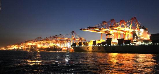 青岛港是位于太平洋西岸中国青岛市的特大型港口集群,由青岛港老港区、黄岛油港区、前湾保税港区和董家口港区等四大港区组成。青岛港主要从事各类进出口货物的装卸、储存、中转、分拨等物流服务和国际国内客运服务,与世界上130多个国家和地区的450多个港口有贸易往来,是中国重要的国际贸易口岸和海上运输枢纽。 据报道,青岛港持续建设了可停靠1.