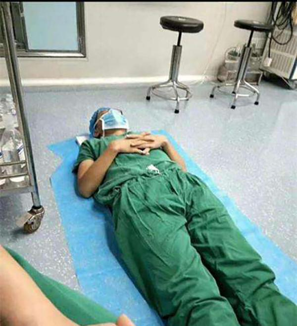 """刘利涛累""""瘫""""在手术室。医生供图"""