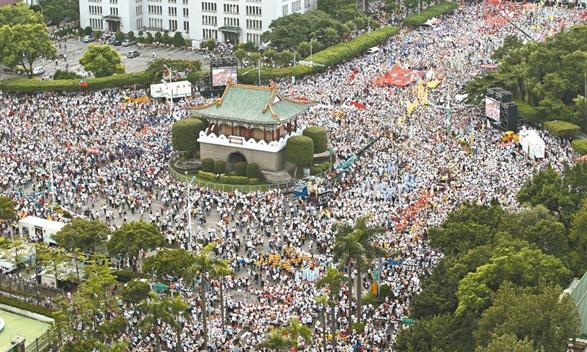 """2016年9月3日,台湾退休军公教人员发起""""反污名,要尊严""""大游行,抗议蔡当局。(资料图)"""