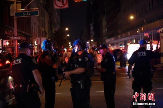 资料图:2016年9月17日,纽约曼哈顿切尔西街区23街与第五大道路口,警察持枪警戒。当晚,纽约曼哈顿切尔西街区发生爆炸 。中新社记者 廖攀 摄