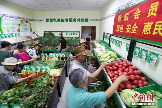 资料图:消费者选购农产品。 中新社记者 泱波 摄