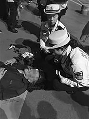 老人倒地后满脸是血,女警帮助擦拭。 警方供图