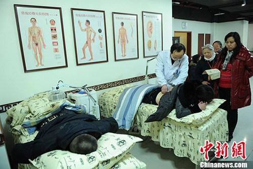 资料图:患者正在接受中医治疗。中新社发 陈超 摄