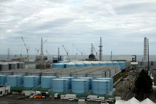 资料图:这是10月12日在日本福岛第一核电站内拍摄的1号、2号、3号和4号反应堆(从左至右)。新华社发