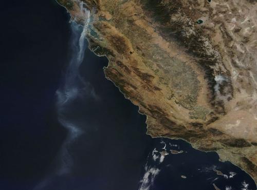 NASA发布加州大火卫星图,烟雾蔓延超880千米。(图片来源:NASA)