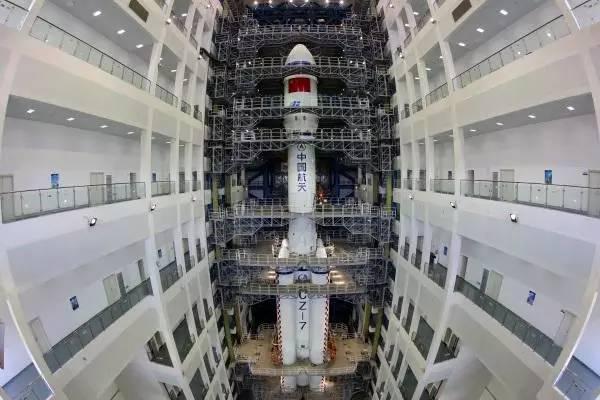 这是转运前期,位于垂直总装测试厂房中的长征七号运载火箭(6月17日摄)。新华社记者 曾涛 摄