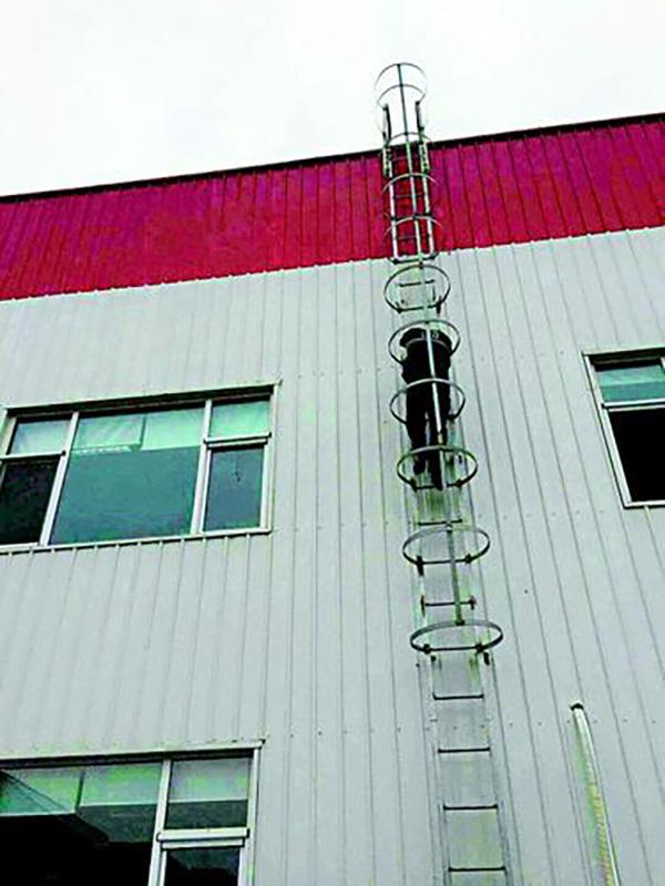 李敬钦爬外挂楼梯上楼顶察看病人情况。山西晚报 图
